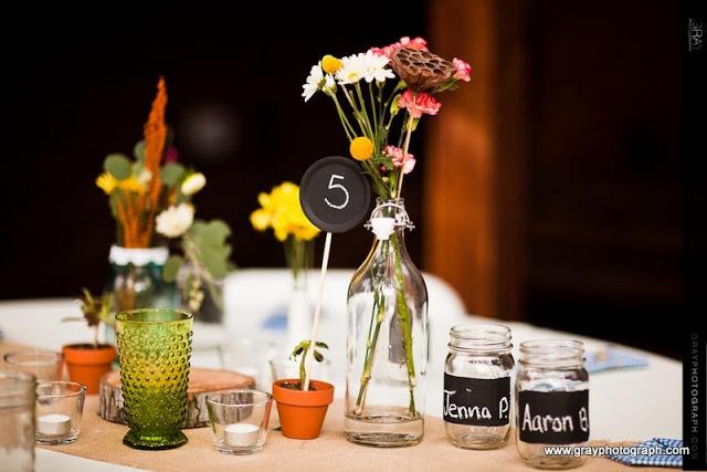 wesele tablica kreda numery stołów winietki słoiki butelki
