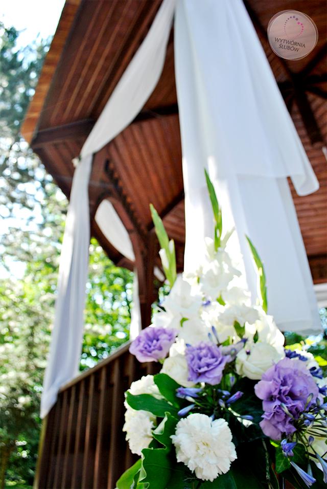 ślub w plenerze - dekoracje ślubne - białe mieczyki, fioletowe frezje