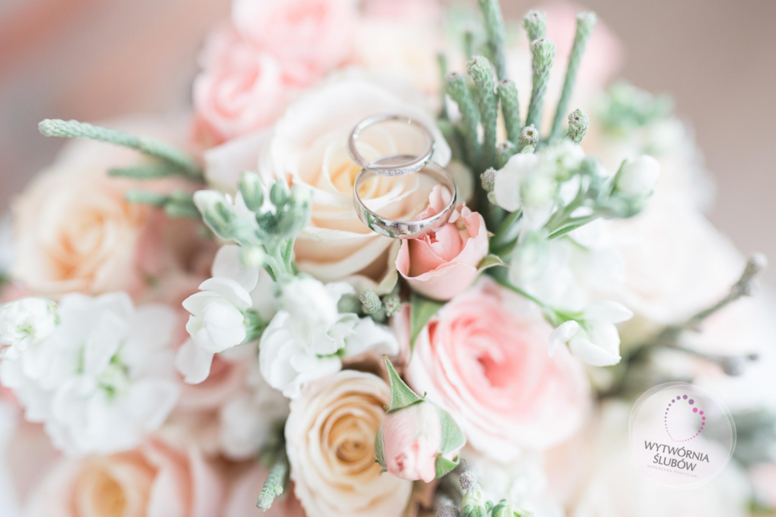 Czy bukiet ślubny może być w innych kolorach niż dekoracje na sali ?